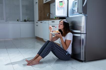 manger devant le frigo